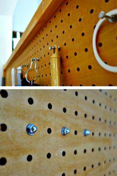 有孔ボードに六角ボルト、ワッシャー、袋ナットでフックを作成。 上は表側、下は裏側の階段側。