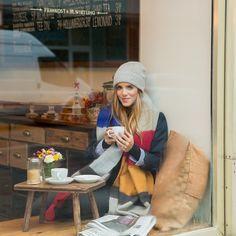 München, Deutschland Hiding from the rain, wind and cold in a cozy Munich cafe #munich #germany #coffeestop #cozy #rainydays #bundledup