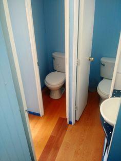 baño de varones. Equipado con dos baños mas un urinario, espejo, piso flotante lava manos y música ambiental.