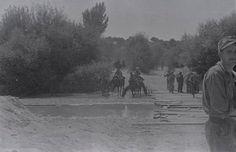 Miembros del Ejército republicano, probablemente de la XV Brigada Internacional, vadean el río Guadarrama durante la Batalla de Brunete. (Fotografía Gerda Taro tomada del blog Brunete en la Memoria).