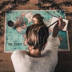 Map girl messy bun wanderlust road trip vacation planning holiday travel maps, world map travel Hipster Vintage, Style Hipster, Travel Maps, Travel Photos, Travel Trip, Travel Pictures Poses, Map Pictures, Solo Travel, World Map Travel