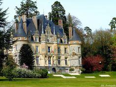 Vez Castle Keep, France. Castle Ruins, Castle House, Medieval Castle, Beautiful Castles, Beautiful Buildings, Beautiful Places, Palaces, Photo Chateau, French Castles