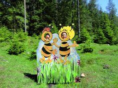 In der ruhigen Landschaft des PillerseeTals findet sich eine einzigartige Alpenflora welche Voraussetzung für die Gewinnung von hochwertigen Bienenprodukten ist. Der Bienenzuchtverein Pillersee hat dazu direkt am Pillersee den Bienenlehrpfad mit Schautafeln gestaltet Flora, Presentation Boards, Interactive Map, Hiking Trails, Tours, Landscape, Cards, Plants
