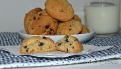 Questi biscotti con gocce di cioccolato son buonissimi e facilissimi! Bastano pochi minuti e avrete dei biscotti friabili e golosi!