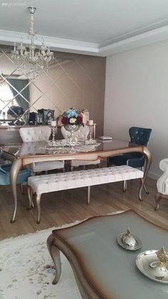 Modern ve klasik stillere yer verilmiş, hem renk seçimleri, hem de aksesuarlarla hareket kazanan sade ve şık bir eve konuk oluyoruz.  Salonda, klasik mobilyalarını tamamladığı metalin en sıcak tonla...