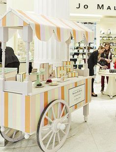 Vendor carts pop up stores.pop up shops 和 kiosk design. Kiosk Design, Display Design, Booth Design, Retail Design, Vendor Cart, Ecole Design, Sweet Carts, Bar A Bonbon, Ice Cream Cart