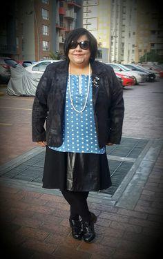 Hoy quería lucir muy formal, y aproveché la teatralidad de la falda que la diseñadora de vestuario de espectáculos, la caleñísima Yumi Stein me regaló de cumple. Me encantó porque sé que me voy a divertir montones inventando looks con ella. Una falda negra, es un básico que hay que tener el ropero. Falda negra, Yumi Stein / Camisa pepas JoPlus / Zapatos Patricia Mejia / Chaqueta Laurita by Ricci.