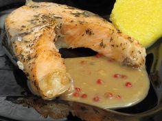 Rondelele de somon se presară cu sare şi busuioc şi se aranjează într-un vas termorezistent uns cu puţin ulei. Se bagă în cuptorul preîncălzit la 200 grade timp de 20 de minute. Separat se pregăteşte sosul de muştar. Se amestecă vinul cu piperul boabe şi muştarul boabe şi se pune pe… Romania Food, Jacque Pepin, Fish Recipes, Cookie Recipes, Shrimp, Seafood, Goodies, Chicken, Cooking