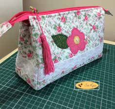 Aprenda Como Fazer uma Bolsa de Patchwork Simples e Linda Cute Sewing Projects, Sewing Hacks, Sewing Tutorials, Sewing Ideas, Doily Art, Shabby Chic Stil, Pouch Pattern, Free Pattern, Embroidery Bags