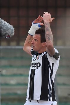 "Juventus' forward from Croatia Mario Mandzukic celebrates after scoring during the Italian Serie A football match Chievo Verona vs Juventus at ""Bentegodi Stadium"" in Verona on November 6, 2016.  / AFP / GIUSEPPE CACACE"
