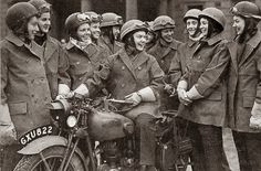The Wrens: Female Dispatch Riders in WWII ~ Riding Vintage Ww2 Women, Women Riders, Army Women, Motorcycle Events, Motorcycle Art, Foto Picture, English Army, Triumph Motorcycles, Vintage Motorcycles