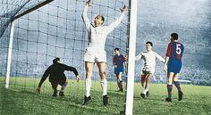 Di Stéfano celebra el 1-0 de la primera eliminatoria de la Copa de Europa que enfrentó a Barcelona y Real Madrid, en la temporada 1959-60, mientras su compañero Herrera acude a abrazarle tras el gol. El resultado en el Bernabéu fue de Real Madrid 3 - Barcelona 1.