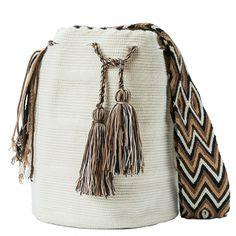 comprar bolso wayuu en madrid, wayuu, croche, bolsos hecho a mano, producto… Tapestry Crochet, Crochet Purses, Crochet Accessories, Crochet Projects, Hand Knitting, Bucket Bag, Embroidery Designs, Glamour, Handmade