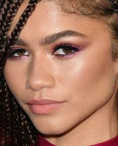 Critics' Choice Awards The Best Skin, Hair and Makeup Looks on the Red Carpet Peach Lipstick, Pink Eyeshadow, Pink Lipsticks, Basic Makeup Tutorial, Normal Makeup, Celebrity Makeup Looks, Low Chignon, Brow Color, Natural Eye Makeup