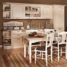 Stilul romantic al mobilierului de bucătărie Vence te îmbie la crearea celor mai delicioase deserturi alături de familie și prieteni. Designul inspirat de momentele dulci, când o ajutam pe bunica la prepararea bucatelor alese, îți trezește pofta de gătit. Iar compartimentarea organizată și elegantă favorizează acest proces. Finisajul crem, dantelăria lemnului și feroneria cu patină vintage completează tabloul de poveste.