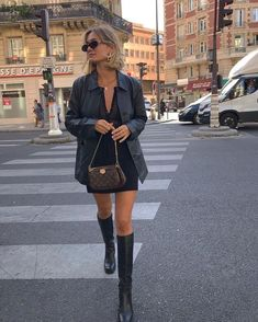 The Shoes French Girls Aren't Wearing - - French-girl style is enduringly covetable, but what if we told you this Parisian shoe trend was a myth? Look Fashion, Winter Fashion, Girl Fashion, Fashion Outfits, Womens Fashion, Fashion Tips, 2000s Fashion, Sneakers Fashion, Fashion 2020