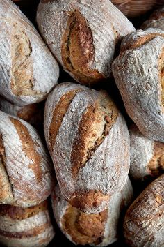 Dette lækre brød er fyldt med kerner og grove meltyper, og kærnemælken sikrer den lækre, svampede konsistens. Vi giver dig opskriften på det skønne kærnemælksbrød. Vegan Bread, Bread Bun, Bread Baking, Crackers, Bread Recipes, Tapas, Recipies, Brunch, Food And Drink