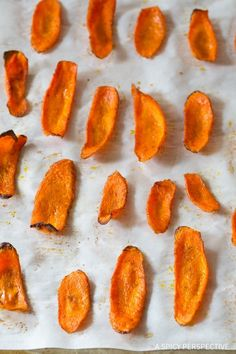 Healthy Baked Carrot Chips Recipe - Get your crunchy chip-fix without ruining your diet! These gluten free, low fat snacks are easy to make and easy to love. Carrot Recipes, Diet Recipes, Cooking Recipes, Healthy Recipes, Clean Recipes, Vegetarian Recipes, Baked Carrot Chips, Baked Carrots, Roasted Carrots