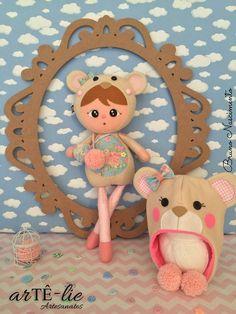 Olá pessoal! Meu nome é Nessy! O que vocês acharam do meu novo pijama? <3 APOSTILA DIGITAL DISPONIVEL <3 Acesse www.artelieartesanatos.com.br #feltro #felt #bonecaUrso #menina #newborn #gorro #festadoPijama #urso #apostila #passoApasso