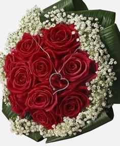 Bouquet di 12 rose rosse e gypsophila con Cuore Swarovski