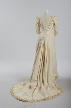 Brautkleid, getragen am 31. Mai 1881, Ecrufarbener Seidenrips © Wien Museum 1880s Fashion, Mai, Wedding Season, Museum, Collection, Dresses, Silk, Culture, Bridal Gown