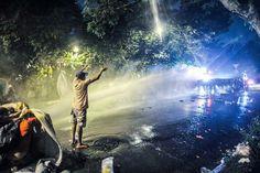Tropa de choque ataca com bombas de efeito moral e jatos d'água, o acampamento na rua de TEMER - SP 22/5/2016