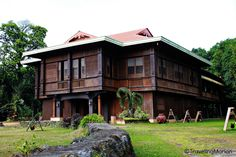 This house doesn't use modern textures and instead involves what looks like the Japanese style of houses. It has a lot of wooden textures to it and simple designs. Filipino Architecture, Philippine Architecture, Spanish Architecture, Colonial Architecture, Filipino House, House Of Gold, Philippine Houses, Asian House, Enchanted Home