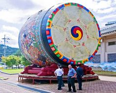 The world's largest drum set in the South Korean Yondone. Its diameter – 6.4 meters   40 Guinness World Records 2012