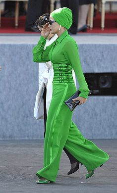 sheikha mozah bint nasser al-missned.fab look Modest Fashion, Hijab Fashion, Fashion Outfits, Womens Fashion, Fashion Tips, Fashion Hair, 80s Fashion, Abaya Dubai, Caroline Reboux