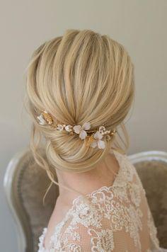 Chic low bun for brides Indian Wedding Hairstyles, Braided Hairstyles Updo, Loose Hairstyles, Bride Hairstyles, Hairstyle Ideas, Updos, Bridal Braids, Bridal Updo, Gold Wedding Theme