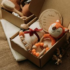 Du suchst nach einem wunderschönen Geschenk für ein Baby? Du hast keine Lust mehr auf Plastikprodukte und dein Geschenk soll besonderes sein?  Dann haben wir hier genau das Richtige für deine Suche❣️ Unsere Babysets setzen auf einen hohen Qualitätsstandard und sind super verarbeitet.  Sie bestehen aus Baumwolle und Holz und strahlen eine wunderbare Wärme aus❤️.  Die Sets sind wunderschön verpackt und ein echter Hingucker😍  Sichere dein Set mit unserem zeitlich befristeten… Baby Bath Gift, Baby Bath Toys, Baby Gift Box, Baby Shower Gifts, Baby Gifts, Baby Set, Handgemachtes Baby, Fox Baby, Birth Gift