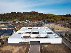 TNAによる住宅『構の郭』は、広大な敷地を最大限に使用した、内と外の境界が曖昧な開放的な住空間となっている。そのシンプルでモノトーンな空間は、住み手と敷地の自然によって活気づけられ、生活の舞台として機能する。
