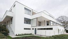 """En la ciudad de Brno, a lo largo del año 1930, el gran arquitecto alemán Mies van der Rohe, construyó una casa que, muy pronto, se convertiría en uno de los modelos canónicos de la """"Arquitectura Moderna"""" o del """"Estilo Internacional"""". En efecto, la mayor parte de críticos e historiadores de aquel momento -como Henry …"""