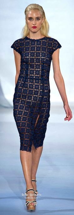 Comentário Fernanda Fuscaldo: Vestido super elegante. O forro nude com marinho destaca o ponto do crochê.  Luisa Beccaria Spring 2014.