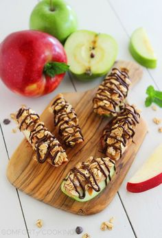 Chocolate-Peanut Butter Granola Apple Bites – Snack on these super easy, delicious and nutritious apple granola bites with a chocolate drizzle! Healthy Fast Food Breakfast, Healthy Summer Snacks, Breakfast Recipes, Snack Recipes, Healthy Breakfasts, Healthy Foods, Healthy Eating, Healthy Lunches, Apple Recipes