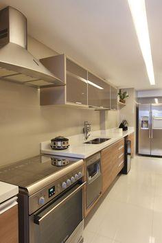 estilo cozinha: madeira e branco com móveis aço escovado