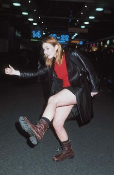 The actress Kate Winslet wearing brown combat boots at Heathrow airport in Brown Fashion, 90s Fashion, Fashion Photo, Autumn Fashion, Fashion Ideas, Kate Winslate, Brown Combat Boots, Cute Actors, Persona