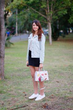 Look do dia bolsa com adesivos. Jaqueta jeans, saia preta e tênis branco http://www.justlia.com.br/2015/06/look-do-dia-bolsa-com-adesivos/