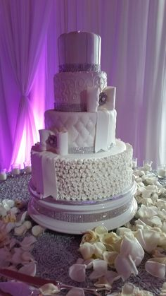 Bling and bows. Beautiful and elegant wedding cake. Elegant Wedding Cakes, Custom Cakes, Yummy Cakes, Bling, Bows, Desserts, Beautiful, Personalized Cakes, Arches