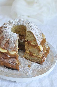 Receta de bundt cake de plátano y dulce de leche. Banana bundt cake with dulce de leche layers.