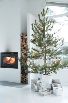 When decorating your modern Christmas living room, you don't have to go over the top to get that Christmassy feel, just add a tree and some decorations! Scandinavian Christmas Trees, Nordic Christmas, Noel Christmas, Modern Christmas, Simple Christmas, All Things Christmas, Winter Christmas, Minimalist Christmas, Christmas Tables