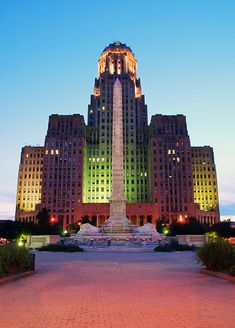 Buffalo City Hall Buffalo, New York http://www.travelandtransitions.com/our-travel-blog/ Nunca he visto el city hall iluminado de esta manera. ¿ cosa nueva?