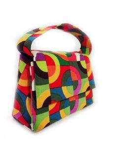 Bolsa estilo baby bag, produzida em cartonagem artesanalmente. Revestimento externo de tecido 100% algodão importado; revestimento interno preto e alça de mão na mesma estampa!