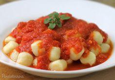 """Aqui em casa o """"Sr. Panela"""" tem uma preferência grande por molho ao sugo. E vamos combinar que o trio massa + molho de tomate + manjericão é tudo nessa vida! Parmesão do bom também faz …"""