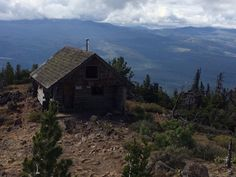 Abandoned shelter at the top of Black Butte in Oregon. [OC] [960x720]