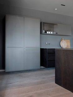 For oss på Hamran er kjøkkenet det viktigste rommet i huset, og vi ønsker å designe hvert enkelt kjøkken med sin egen personlighet. Velkommen til visning. Hamran kjøkken holder til på Snartemo i Vest Agder. Kjøkkenet tilpasses på mål og skreddersys etter dine ønsker.