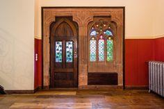 Schon zu seiner Zeit, um 1900, historisierend, aber sehr schön, das Sandsteinportal mit Schmiedeeisen und Bleiglasfenstern.