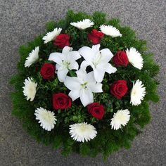 Modern Floral Arrangements, Creative Flower Arrangements, Funeral Flower Arrangements, Christmas Arrangements, Funeral Flowers, Arte Floral, Casket Flowers, Sympathy Flowers, Pretty Flowers