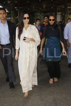 Katrina Kaif, who has been appreciated for her latest release Baar Baar Dekho, was seen at the airport yesterday. The Fitoor actor was seen in a whi. Dress Indian Style, Indian Wear, Indian Outfits, Katrina Kaif Dresses, Desi Clothes, Indian Clothes, Kurtha Designs, Pakistani Fashion Party Wear, Designer Party Wear Dresses