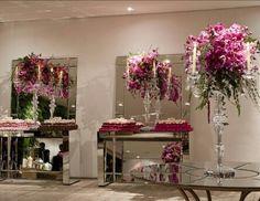 Linda decoração de casamento com bastante espelho